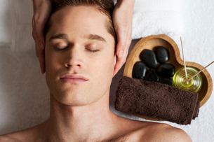 Young male getting spa treatment.の写真素材 [FYI00746304]