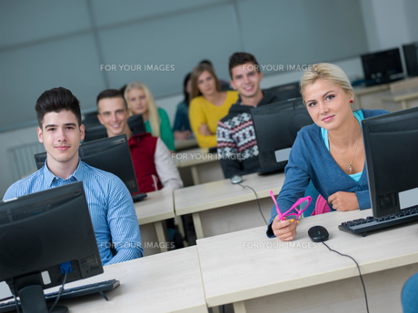 students group in computer lab classroomの写真素材 [FYI00746380]