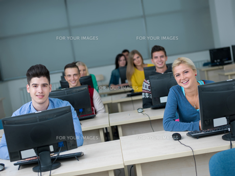 students group in computer lab classroomの写真素材 [FYI00746381]