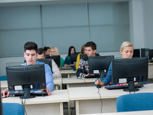 students group in computer lab classroomの写真素材 [FYI00746386]