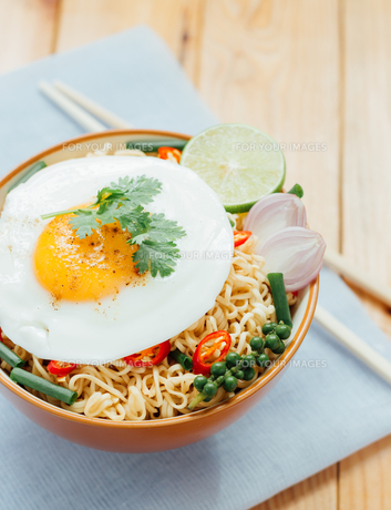 noodle and fried egg in bowl asia culture foodの写真素材 [FYI00746458]