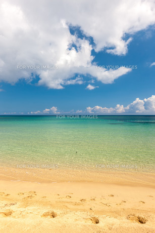 Beach on tropical island. Clear blue water, sand, clouds.の写真素材 [FYI00746469]