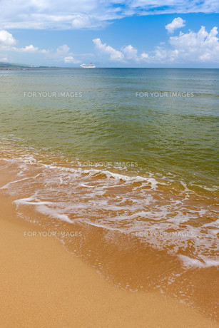Beach on tropical island. Clear blue water, sand, clouds.の写真素材 [FYI00746475]