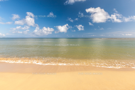 Beach on tropical island. Clear blue water, sand, clouds.の写真素材 [FYI00746483]