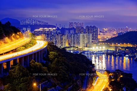 highway traffic road to city downtownの写真素材 [FYI00746562]