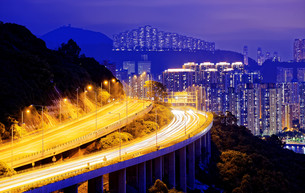 highway traffic road to city downtownの写真素材 [FYI00746566]