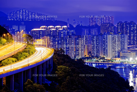 highway traffic road to city downtownの写真素材 [FYI00746572]