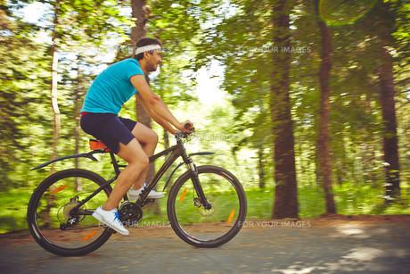 Man on bicycleの素材 [FYI00746642]