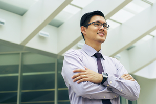 Portrait Chinese Businessman Contemplating Office Skyscraperの写真素材 [FYI00746701]