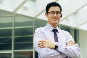 Business Man With Smartwatch And Bluetooth Handsfree Deviceの写真素材 [FYI00746705]