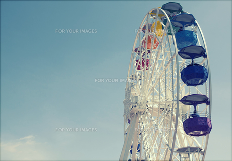 Ferris wheel over blue skyの写真素材 [FYI00746845]