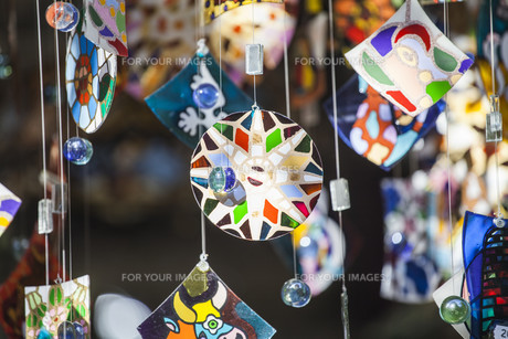 Colorful glass wind chime hangingの写真素材 [FYI00746873]