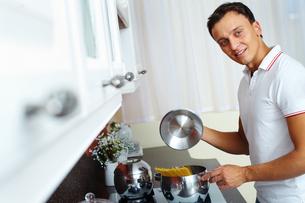 Man cooking spaghettiの写真素材 [FYI00746956]