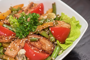 Warm salad with chickenの写真素材 [FYI00747114]