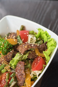 Warm salad with vealの写真素材 [FYI00747116]