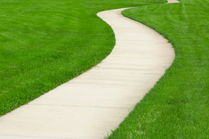 Concrete pathway through green lawnの写真素材 [FYI00747124]