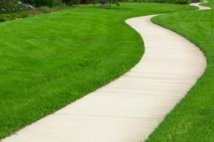 Concrete pathway through green lawnの写真素材 [FYI00747129]