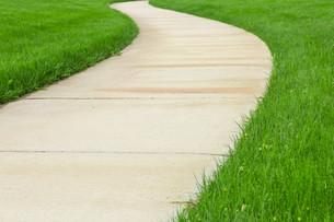 Concrete pathway through green lawnの写真素材 [FYI00747130]