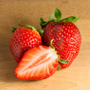 strawberries and a half on woodの写真素材 [FYI00747329]