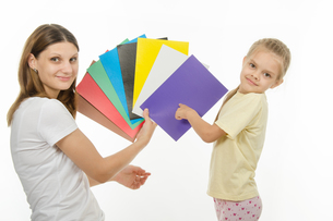 child guesses color in image the hands of womenの写真素材 [FYI00747377]