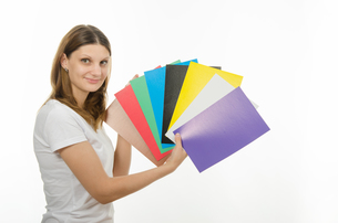 young girl holding a picture with solid colorsの写真素材 [FYI00747380]