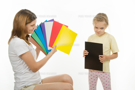 Upset girl holding a black pictureの写真素材 [FYI00747390]