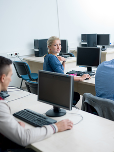 students group in computer lab classroomの写真素材 [FYI00747521]