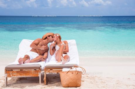 Happy couple on the beachの写真素材 [FYI00747571]