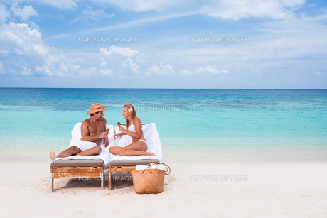 Happy couple on the beachの写真素材 [FYI00747573]