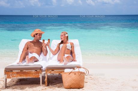 Happy couple on the beachの写真素材 [FYI00747582]