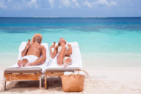 Happy couple on beach resortの写真素材 [FYI00747584]