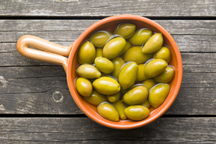 green olives in bowlの写真素材 [FYI00747666]