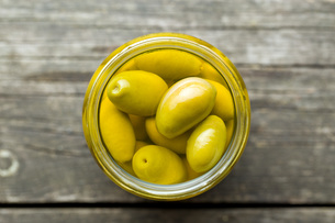 pickled green olives in jarの写真素材 [FYI00747670]