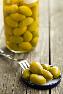 pickled green olivesの写真素材 [FYI00747677]
