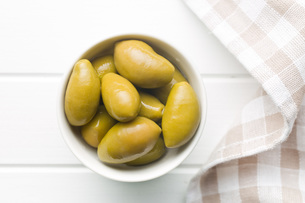 green olives in bowlの写真素材 [FYI00747681]