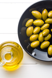 green olives on plateの写真素材 [FYI00747686]