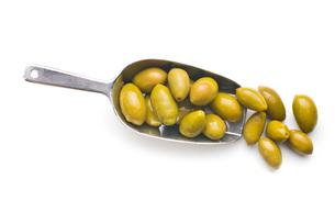 green olives in scoopの写真素材 [FYI00747688]