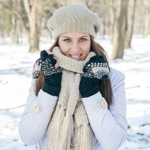 Happy Beautiful Young Woman Winter Seasonの写真素材 [FYI00747832]