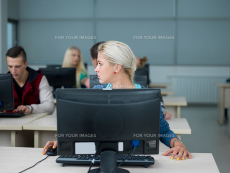 students group in computer lab classroomの写真素材 [FYI00747910]