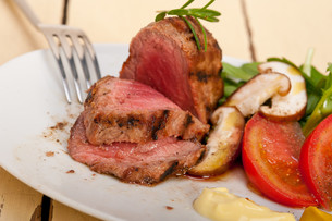 beef filet mignon grilled with vegetablesの写真素材 [FYI00748032]