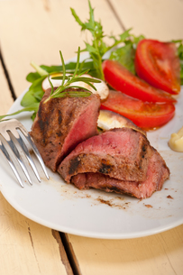 beef filet mignon grilled with vegetablesの写真素材 [FYI00748045]