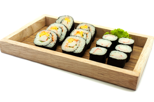 Sushi set in a kitchen boardの写真素材 [FYI00748109]