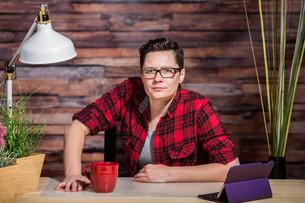 Suspicious Woman at Deskの写真素材 [FYI00748230]