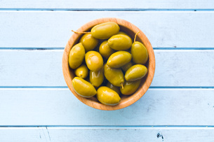 green olives in bowlの写真素材 [FYI00748301]