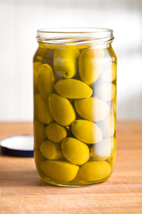 pickled green olives in jarの写真素材 [FYI00748302]