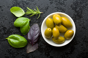 green olives and herbsの写真素材 [FYI00748303]