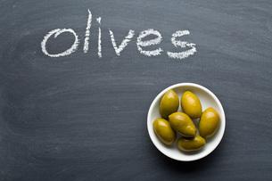 green olives on blackboardの写真素材 [FYI00748309]