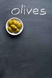 green olives on blackboardの写真素材 [FYI00748311]