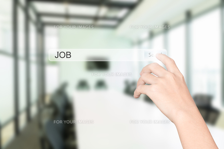 hand click find job interface office interior backgroundの写真素材 [FYI00748381]