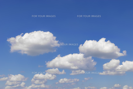 Blue sky with cloudsの素材 [FYI00748473]